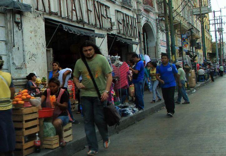 """Las calles del centro siguen """"tomadas"""" por los ambulantes. (José Acosta/SIPSE)"""