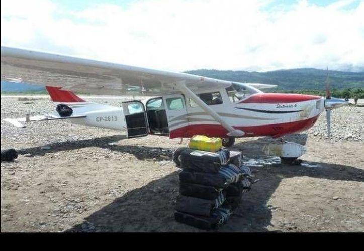 La avioneta de matrícula boliviana capturada el martes tras aterrizar en una pista clandestina a orillas del río Apurímac. (Foto: http://peru.com)