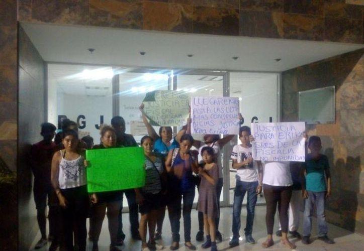 Familiares de la joven que perdió la vida al ser atropellada el viernes pasado, se manifestaron a las puertas de la Fiscalía del Estado ayer. (Éric Galindo/SIPSE)