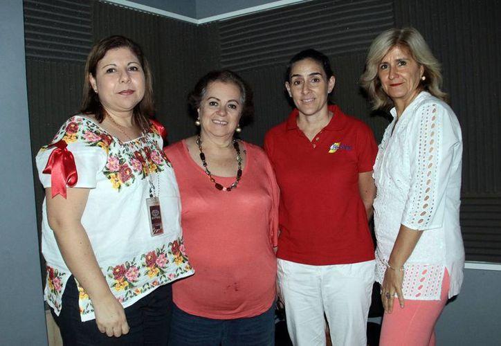 Conductora e invitadas a la emisión del programa radiofónico Salvemos Una Vida. (Jorge Acosta/SIPSE)