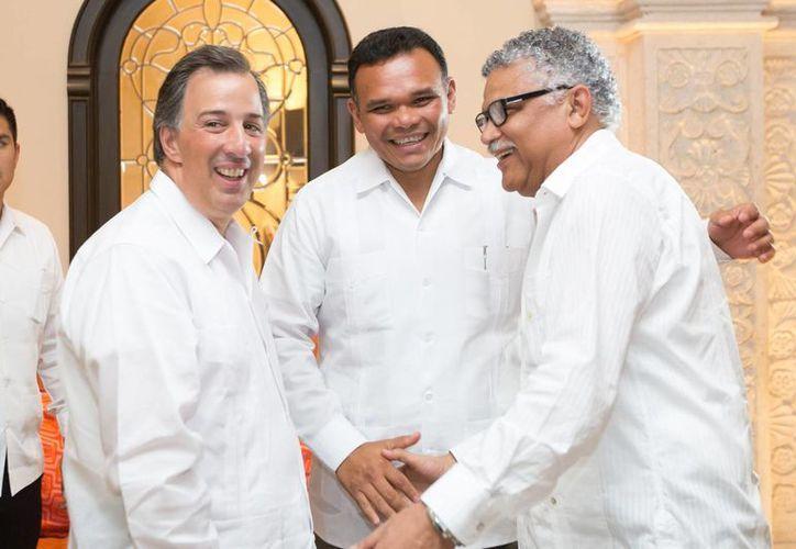 El secretario de Relaciones Exteriores, José Antonio Meade Kuribreña; el gobernador de Yucatán, Rolando Zapata Bello, y el secretario general de la AEC, Alfonso Múnera Cavadía. (Cortesía)