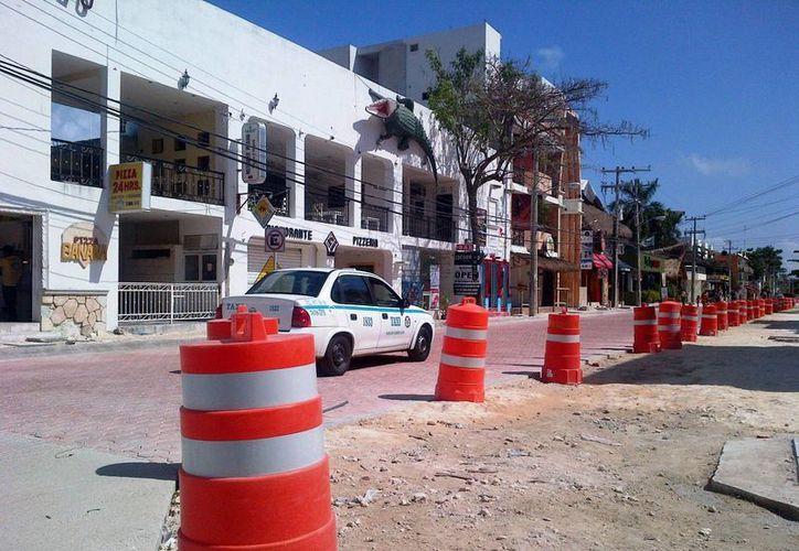 """A lo largo de la calle se colocaron """"transitambos"""" a modo de precaución, para guiar a los automóviles por la zona transitable.  (Daniel Pacheco/SIPSE)"""