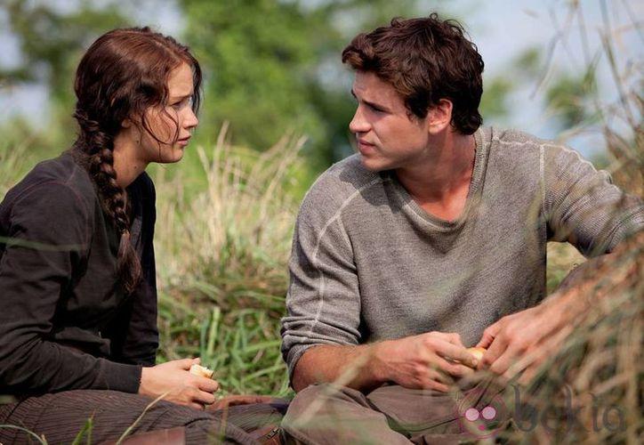 Liam Hemsworth y Jennifer Lawrence en una escena de 'Los Juegos del Hambre: Sinsajo'. (Agencias)