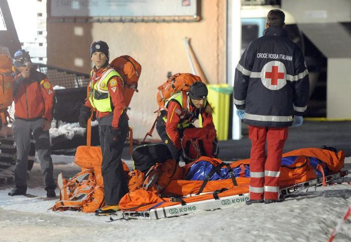 Miembros del Servicio italiano de Rescate de Los Alpes se preparan para subir al monte Cermis donde ocurrió el terrible accidente. (EFE)