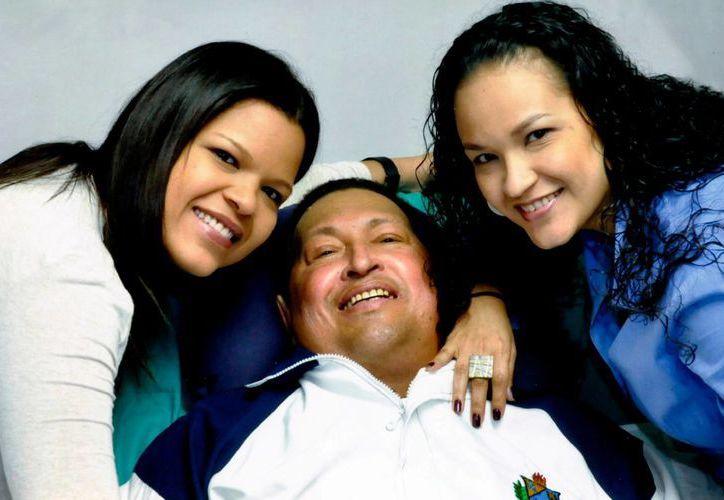 Hugo Chávez posa para una foto con sus hijas, María Gabriela (izq) y Rosa Virginia. (Agencias)