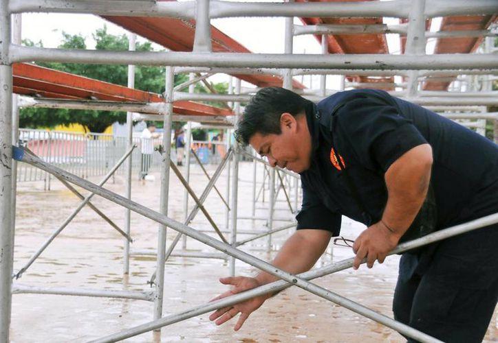 Staff de As Deport es el encargado de la colocación de gradas para el evento. (Redacción/SIPSE)