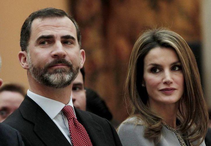 Letizia habría pedido deshacerse de los papeles de su aborto. Aquí aparece con su esposo, el príncipe Felipe de Borbon. (Notimex/Archivo)