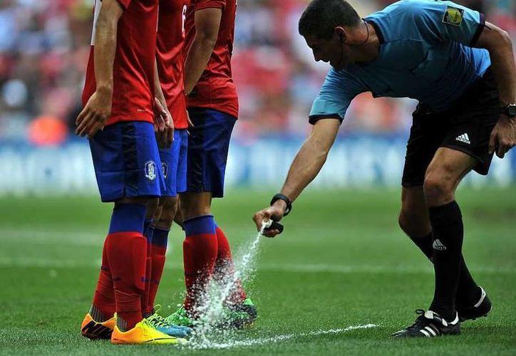 La aplicación del aerosol que se desvanece en un minuto podría pasar del Mundial de Clubes al Mundial de Selecciones Nacionales. (marca.com)