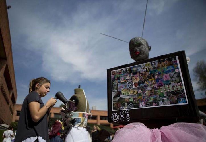 Estudiantes de diseño de moda de la Universidad de la Ciudad de México realizaron un desfile de modas que tuvo como eje central la narcocultura del país. (Imágenes de AP)