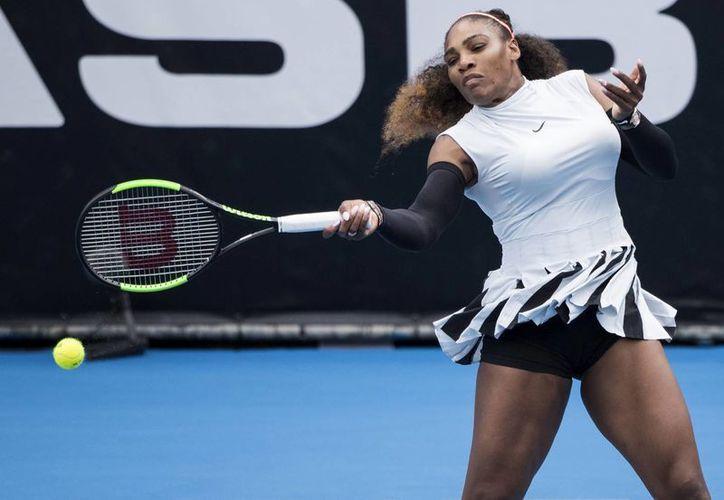 Serena Williams no tuvo problema para agenciarse su primer triunfo de 2017 en el Abierto de Tenis femenil de Auckland, Nueva Zelanda.(Jason Oxenham/AP)