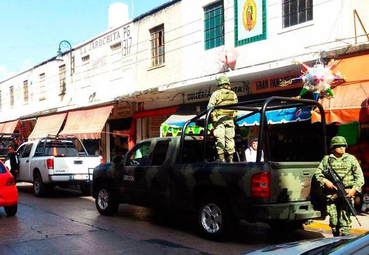 El operativo militar llamó la atención de transeúntes y empleados de comercios aledaños, en la zona conocida como 'Las Piñatas', en el centro de Mérida. (Milenio Novedades)