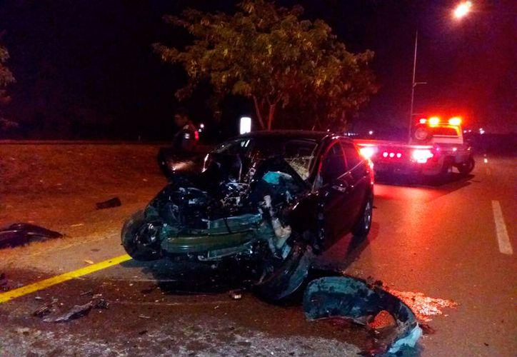 Una mujer que conducía un auto  compactó se estrelló contra un poste, en el periférico de Mérida. Salió y viva y fue llevada al hospital, pero se desconoce su estado de salud. (Carlos Navarrete/SIPSE)