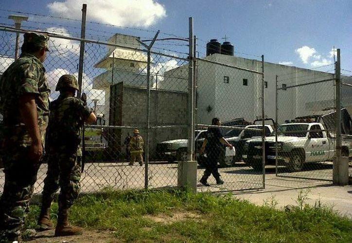 Elementos militares resguardan seguridad externa de la cárcel. (Archivo/SIPSE)
