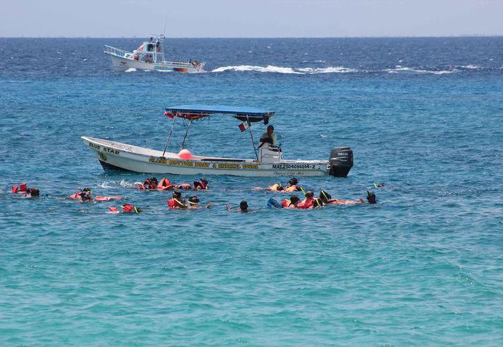 Los turistas pagan brazaletes para ingresar a la zona arrecifal. (Gustavo Villegas/SIPSE)