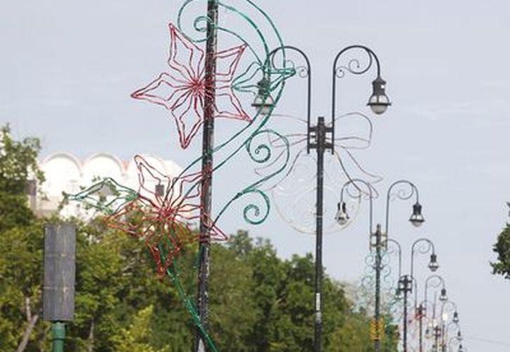 """Según el Ayuntamiento de Mérida, los adornos navideños son """"reciclados"""" de otros años. (Cortesía)"""