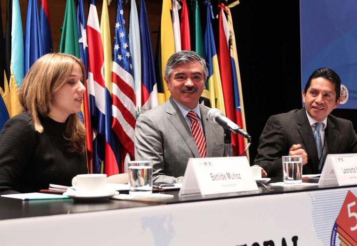 El consejero presidente del IFE, Leonardo Valdés (c) durante la Quinta Jornada Interamericana Electoral. (Notimex)