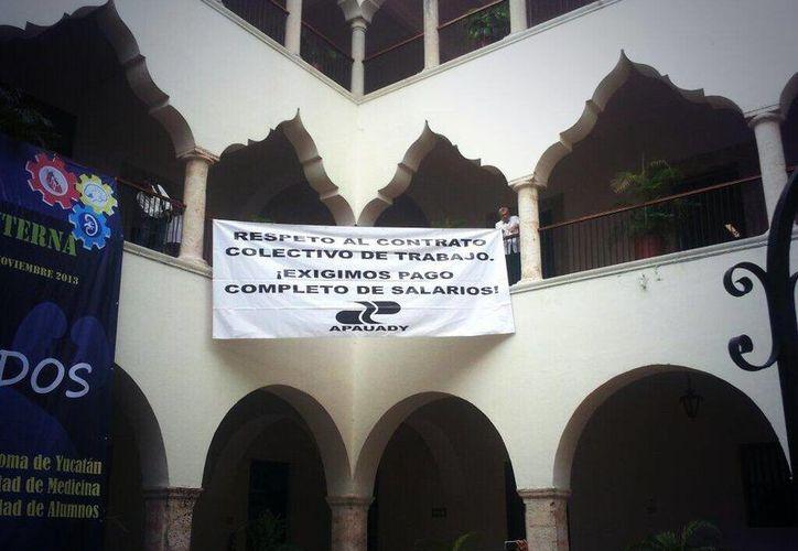 Colocan maestros manta en el edificio central de la Uady en la que 'exigen respeto' al contrato colectivo de trabajo. (Milenio Novedades)