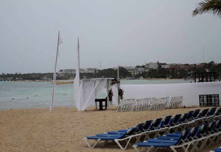 Debido a las lluvias, los arenales de la costa de Playa del Carmen lucieron desiertos.  (María Mauricio/SIPSE)