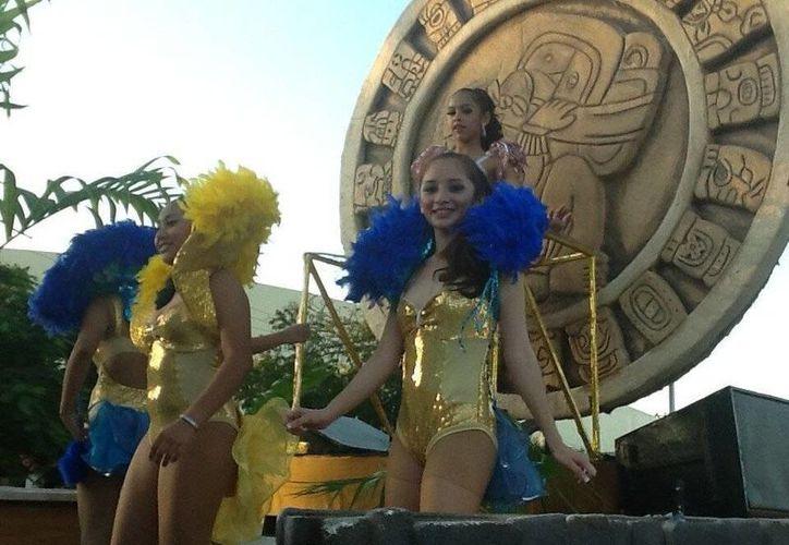 Carros alegóricos adornan el desfile de Carnaval. (Redacción/SIPSE)