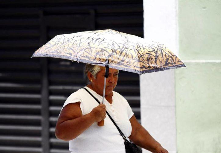 Los meridanos tendrán que sacar el paraguas por las lluvias que se pronostican para mañana. (Christian Ayala/SIPSE)