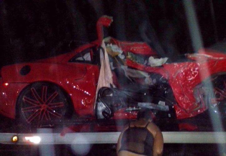 La policía no ha dicho la velocidad a la que viajaba Oscar Taveras al momento del accidente que le costó la vida, pero su auto, un Camaro último modelo, quedó deshecho. (Foto: AP)