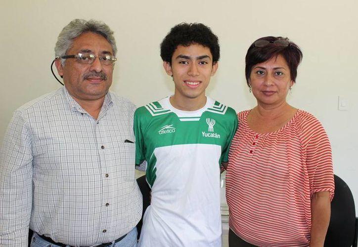 El gimnasta yucateco Luis Loría Cetina con sus padres en el Centro Paralímpico. (Milenio Novedades)