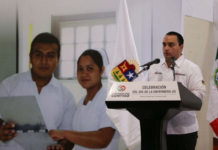 Tengo muy claro la importancia del trabajo que los profesionales de la enfermería realizan, lo que representan para el Estado, su vocación, por eso los felicito en nombre de todo Quintana Roo, enfatizó el gobernador. (Redacción/SIPSE)