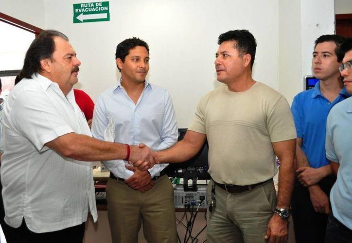 El alcalde Eduardo Espinosa Abuxapqui presentó a Miguel Marzuca Castellanos como titular del Instituto Municipal de Economía Social. (Cortesía/SIPSE)