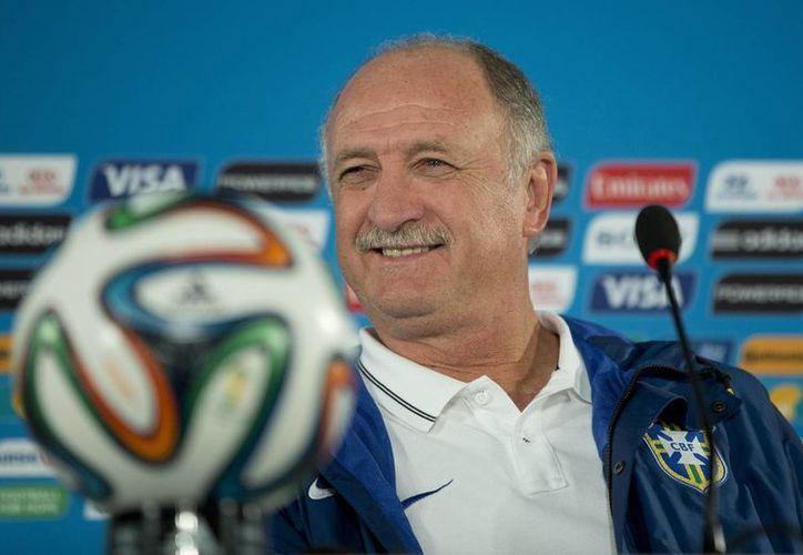 El técnico de Brasil, Luiz Felipe Scolari, sonríe en una conferencia de prensa el viernes, en Brasilia. (AP Photo/Andre Penner)