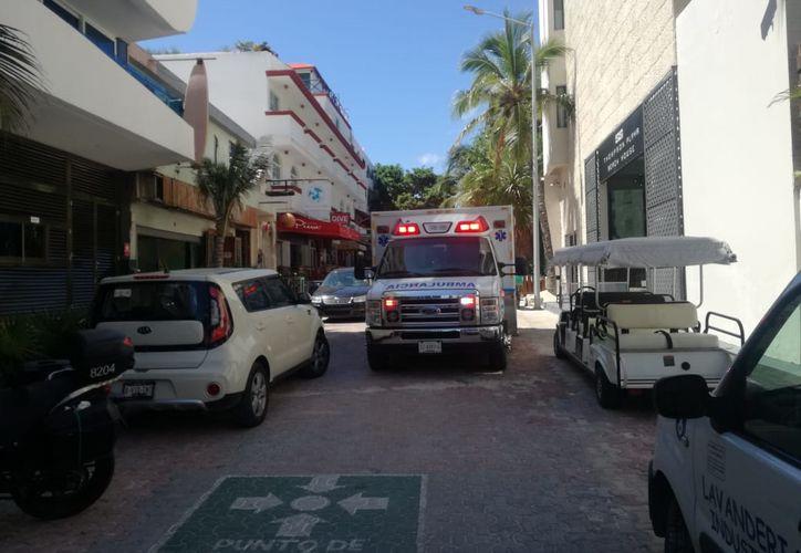 Hasta el momento, las autoridades desconocen las causas del deceso. Paramédicos llegaron al centro de hospedaje. (Redacción/SIPSE)