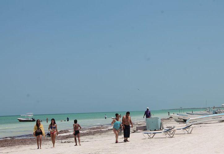 Los visitantes disfrutan de las bellezas naturales de la isla. (Raúl Balam/SIPSE)