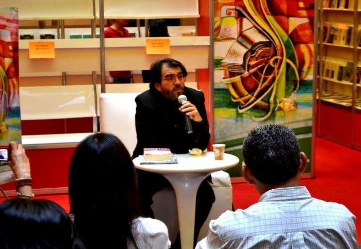 """Juan Domingo Argüelles presenta su libro """"Lectoras"""". (Cortesía/SIPSE)"""