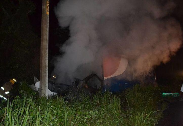 Dos de los tres tripulantes del camión repartidor accidentado tienen quemaduras en 70% del cuerpo. (Redacción/SIPSE)