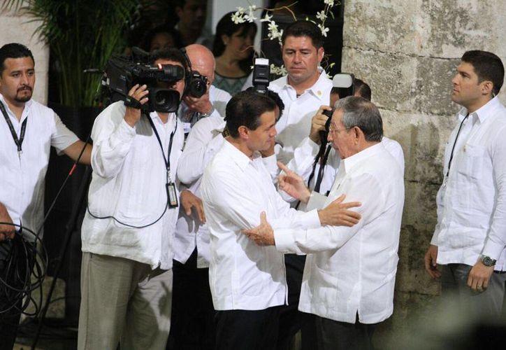 El presidente de México, Enrique Peña Nieto recibe a su homólogo de Cuba, Raúl Castro Ruz, en el Palacio de Gobierno de Yucatán. (César González/SIPSE)