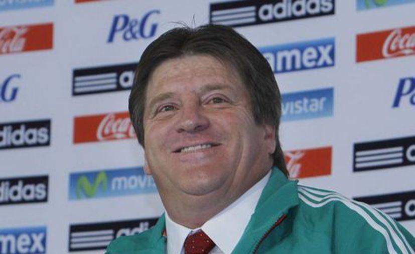 A Miguel Herrera le ajusta bien la chamarra verde de la Selección. (Agencias)