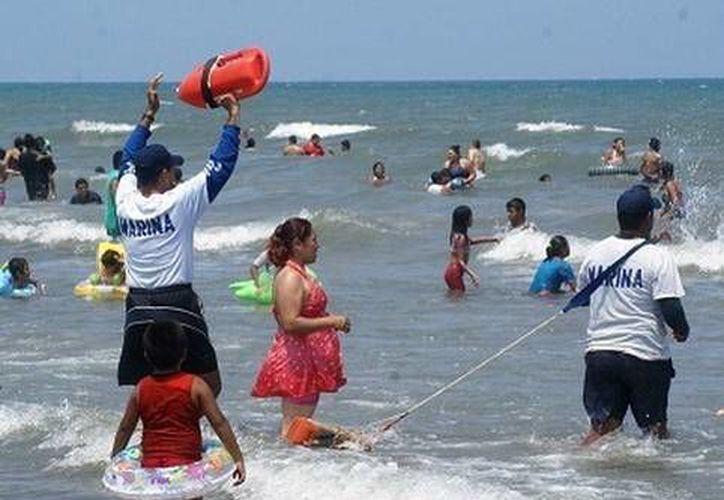 Elementos de la Marina ofrecen servicios de rescate a turistas. (Milenio Novedades)