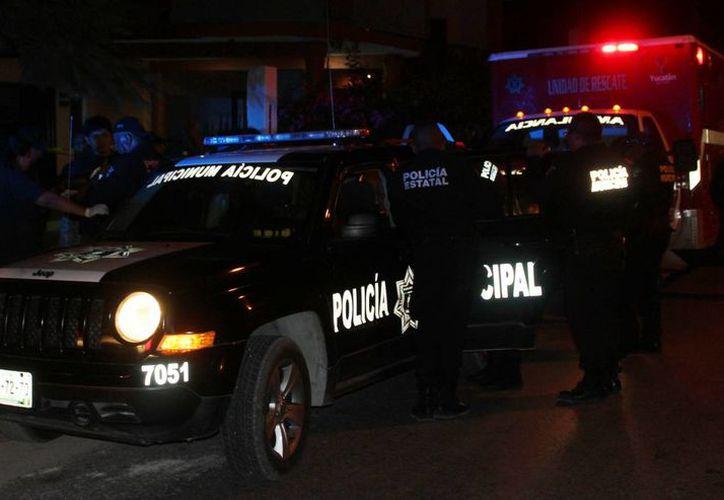 Imagen de la llegada de los elementos de la SSP al predio donde un canadiense fue asesinado, en Chicxulub Puerto. (Milenio Novedades)