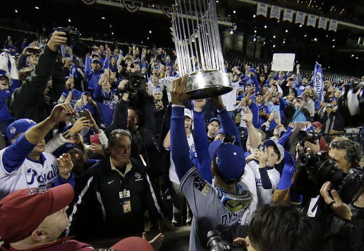 Jarrod Dyson sostiene el trofeo de la Serie Mundial, tras derrotar a Mets de Nueva York. (Agencias)