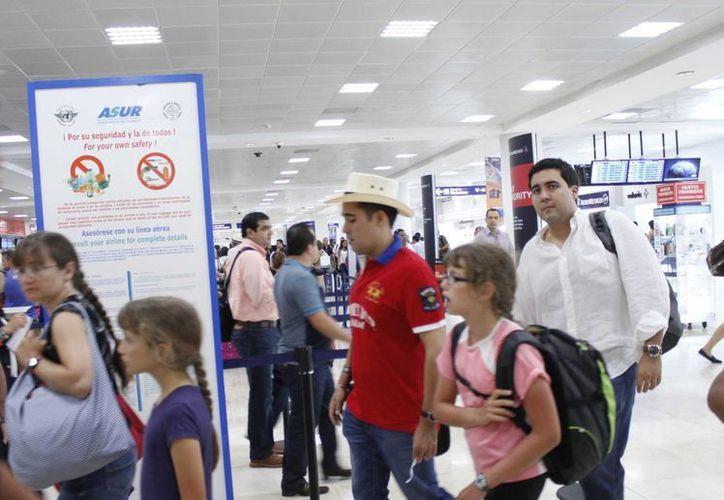 Los viajeros esperan ofertas por vía aérea para decidir dónde vacacionar. (Sergio Orozco/SIPSE)