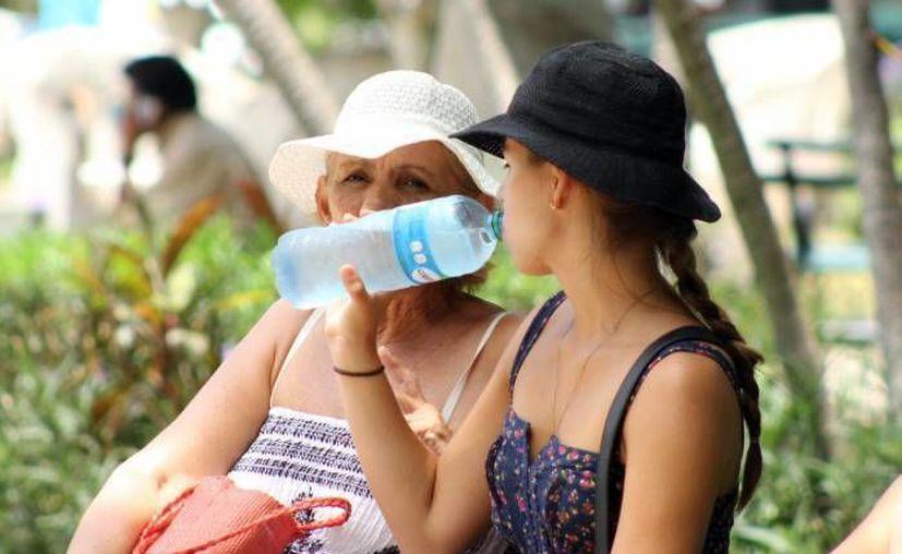Estas son algunas de las maneras cómo los cancunenses sortean el calor. (Contexto/SIPSE)
