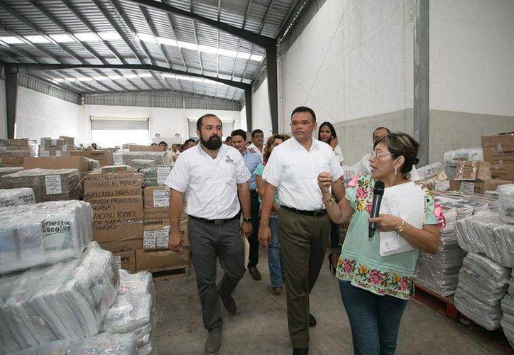 El lunes, Rolando Zapata Bello recorrió las bodegas del programa 'Bienestar Escolar'. (Cortesía)