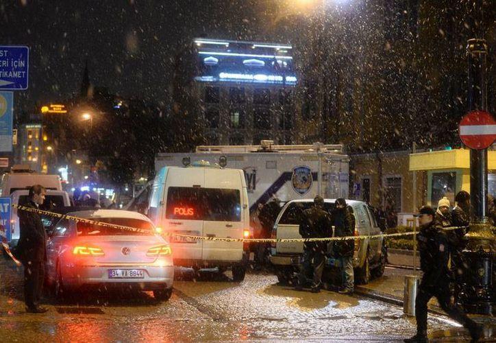 Una mujer suicida se hizo estallar en una estación de policía de Estambul, Turquía. (AP)