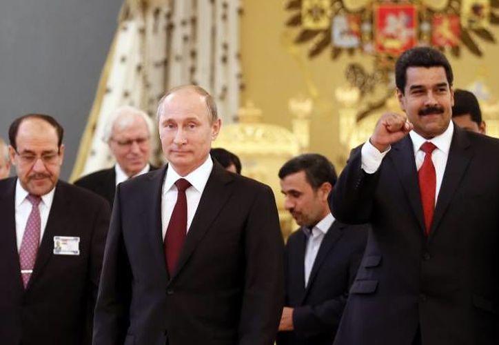 Vladimir Putin (i) y Nicolás Maduro, presidentes ruso y venezolano, apoyan a Snowden, pero el primero bajo ciertas condiciones como quedarse callado. (Agencias)