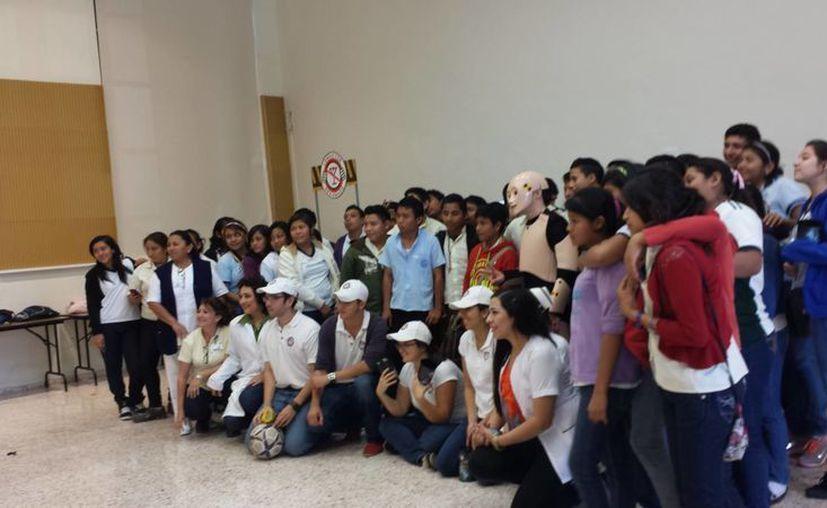 Estudiantes de la Secundaria Técnica 5 de Maxcanú durante su participación en el taller sobre drogas. (Cortesía)