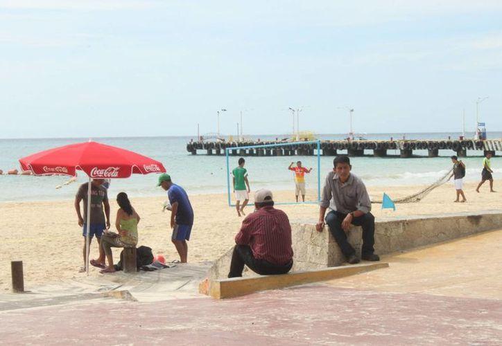 Las pocas personas que este fin de semana visitaron las costas del municipio eran, en su mayoría, vecinos de los alrededores. (Nazly Cen/SIPSE)