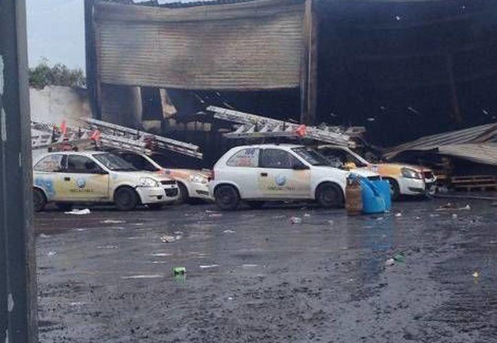 Un aspecto de los daños ocasionados por el fuego en la bodega de Megacable. (Isabel Zamudio/MILENIO)
