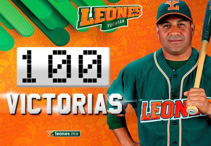 Imagen tomada de la página oficial de Leones con la que 'celebró' el triunfo 100 del manejador Willie Romero, el en agosto pasado, quien fue nombrado este martes Manager del Año en la LMB.