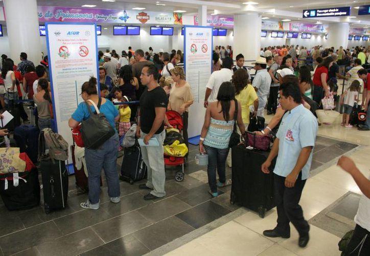 El turismo nacional y extranjero que utilizó las instalaciones aéreas de Cancún fue de un millón 60 mil 816 este año, contra 963 mil 468 del pasado. (Tomás Álvarez/SIPSE)