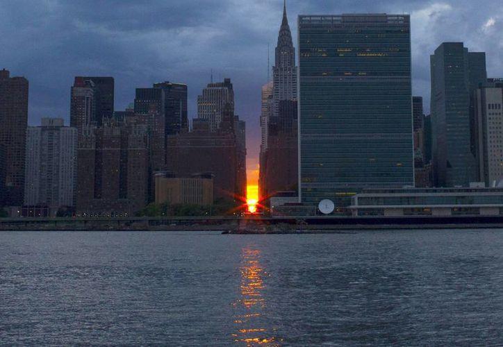El 'Manhattanhenge' ocurre solamente dos veces al año, también en otras ciudades de diseño cuadriculado. (EFE)