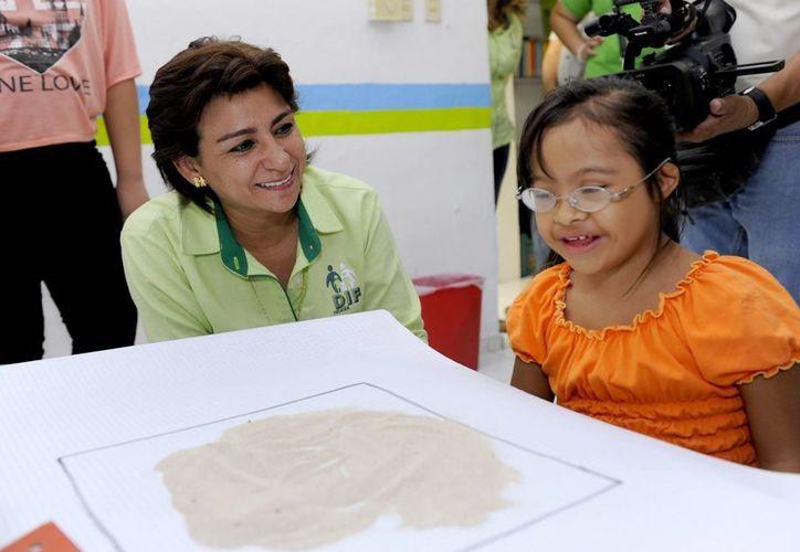 Sarita Blancarte platica con una niña que recibe terapia en 'Paso a pasito'. (Cortesía)